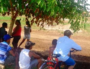 Moradores se acomodavam nas sombras para ver a corridas de gaiola e fusca cross, em Paraíso (Foto: Vilma Nascimento/GLOBOESPORTE.COM)