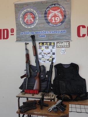 Adolescentes foram apreendidos com armamento pesado (Foto: Divulgação/ Polícia Militar)