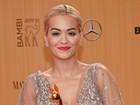 Rita Ora usa vestido transparente e deixa seio à mostra em premiação
