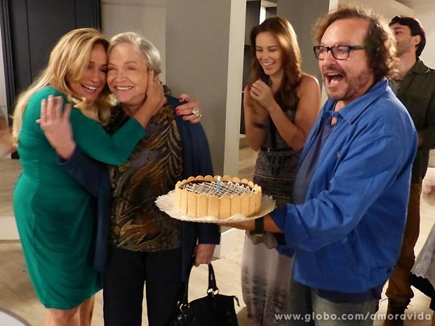 Nathalia vai às lágrimas ao ser surpreendida com o bolo durante as gravações (Foto: Amor à Vida / TV Globo)
