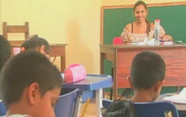 Professora em sala de aula com alunos, em Guajará-Mirim (Foto: Bom Dia Amazônia)