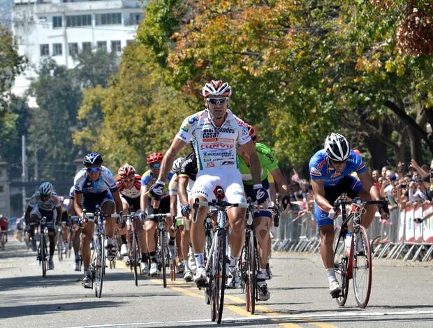 Roberto Pinheiro vence quinta etapa equipe Pindamonhangaba ciclismo (Foto: Hudson Malta)