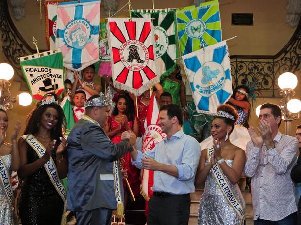 Prefeito de Porto Alegre Nelson Marchezan Jr faz a entrega das chaves da cidade à corte do carnaval (Foto: Joel Vargas/PMPA)