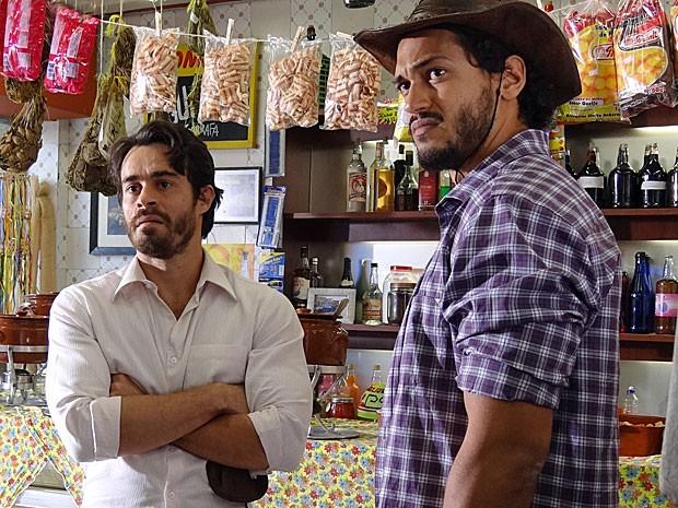 Tobias e Josué não estão felizes no amor (Foto: Amor Eterno Amor/TV Globo)