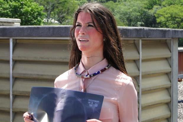 Alinne Moraes grava última cena da série debaixo de Sol quente (Foto: Como Aproveitar o Fim do Mundo / TV Globo)