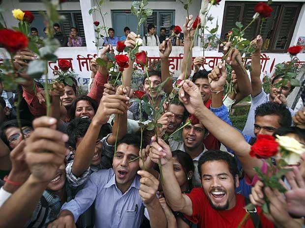 Estudantes nepaleses erguem rosas em Kathmandu, durante manifestação para marcar o Dia Internacional da Não-Violência. (Foto: Navesh Chitrakar / Reuters)