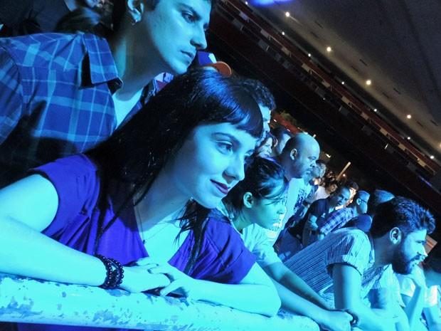 Fã de rock dos anos 90, a estudante Anielle Oliveira não pensou duas vezes antes de convocar o namorado para o show da banda (Foto: Katherine Coutinho / G1)