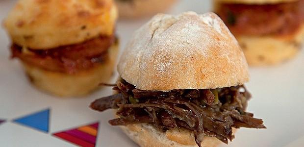 Minissanduíche de carne de panela e muffin de milho com ragu de calabresa (Foto: Cacá Bratke/ Editora Globo)