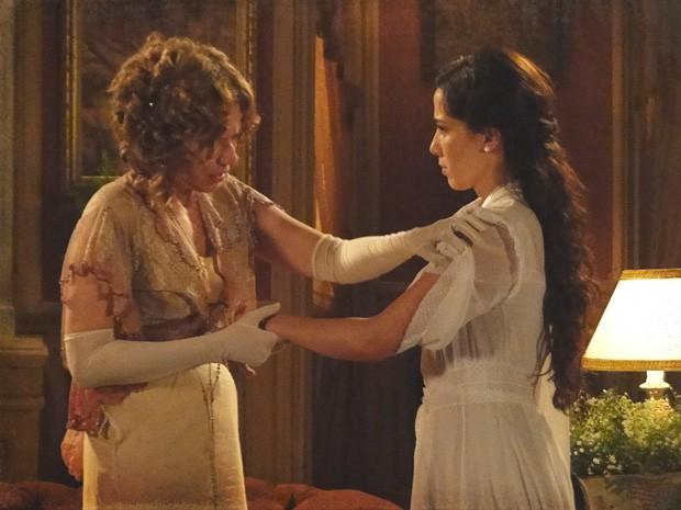 Chocada, Constância vê as marcas nos braços de Laura (Foto: Lado a Lado/TV Globo)