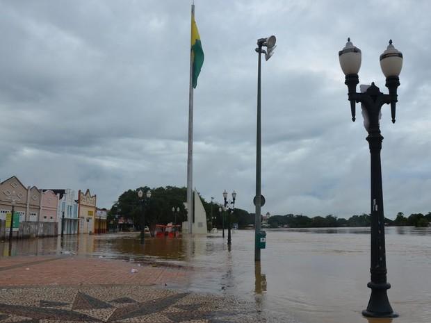 Calçadão da Gameleira foi interditado por causa da cheia do Rio Acre (Foto: Rose Farias/Secom)