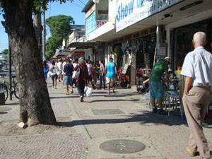 Ciclovia no Centro de Santa Cruz, Zona Oeste do Rio, é compartilhada com pedestres. (Foto: Mariucha Machado/G1)