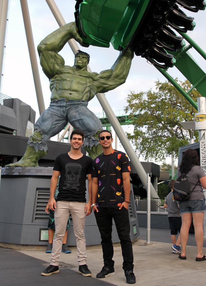 E não é que eles encararam a montanha-russa do Hulk?! (Foto: Letícia Souza/Gshow)