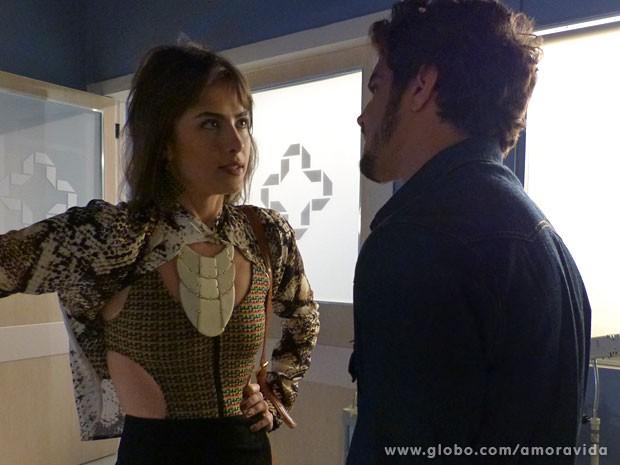 Patrícia e Michel ficam a sós em cantinho do San Magno (Foto: Amor à Vida/TV Globo)