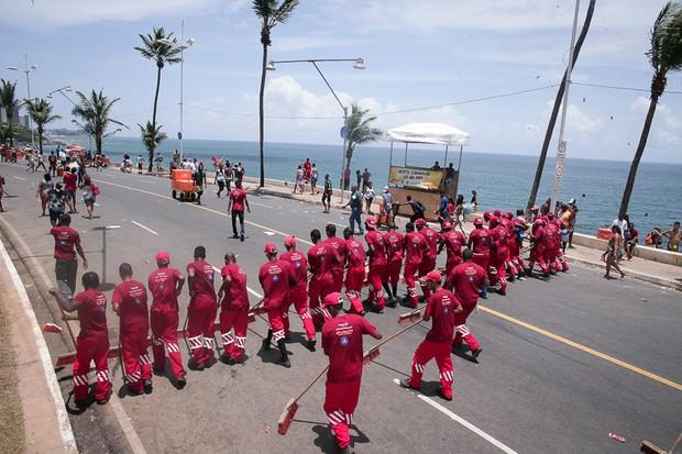 Lavagem no Circuito Barra-Ondina logo apos a passagem do Arrastao encerrando o carnaval de Salvador - BA (Foto:  Raphael Castello  AGNews)