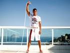 Micael Borges, de 'Rebelde', mostra o tanquinho e posa com modelos de bermudas para o verão