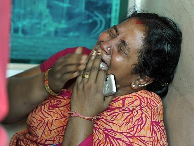 Mulher chora a morte de um parente em acidente com um ônibus na Índia. (Foto: Noah Seelam / AFP Photo)