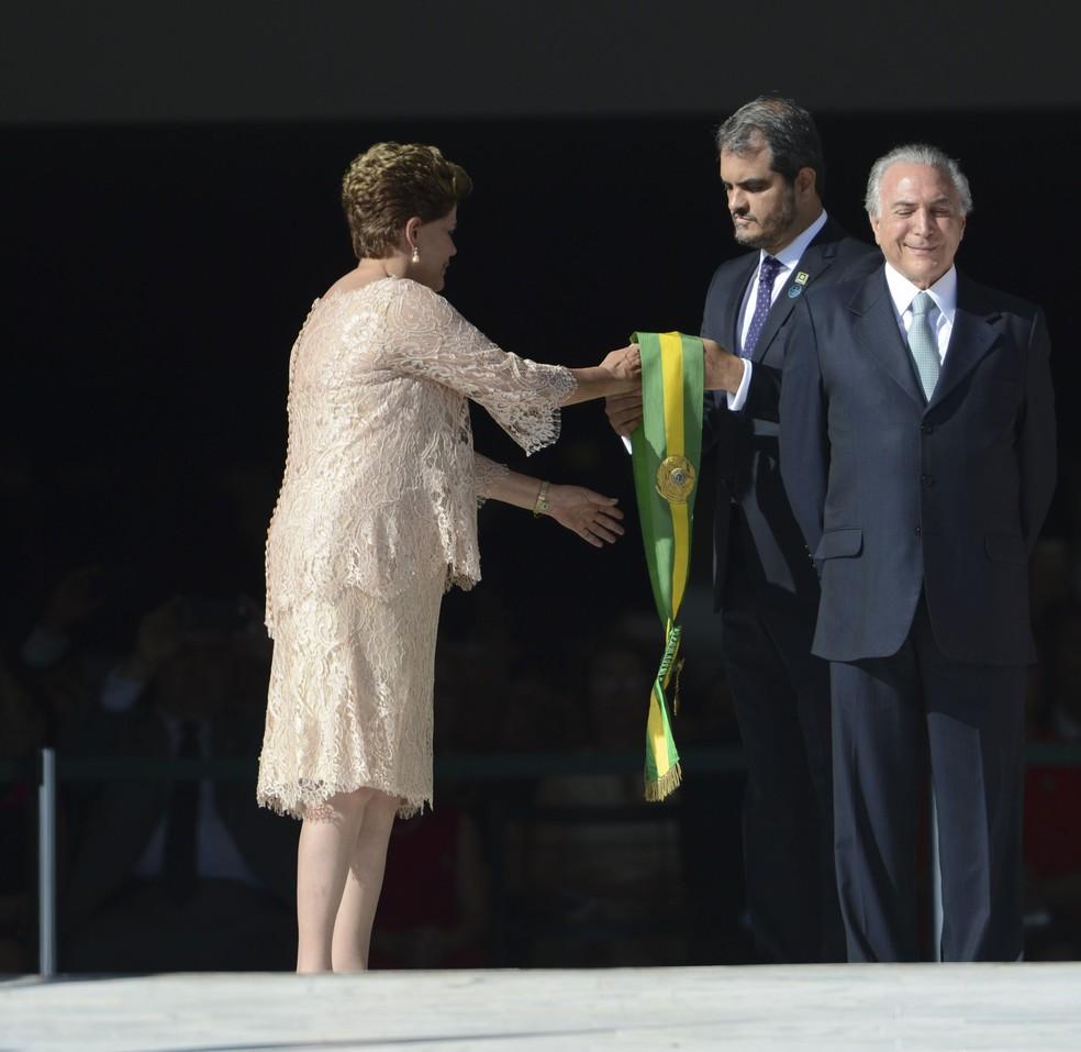 Dilma e Temer em 1º de janeiro de 2015, quando a petista recebeu a faixa de presidente para o segundo mandato (Foto: José Cruz/Abr)