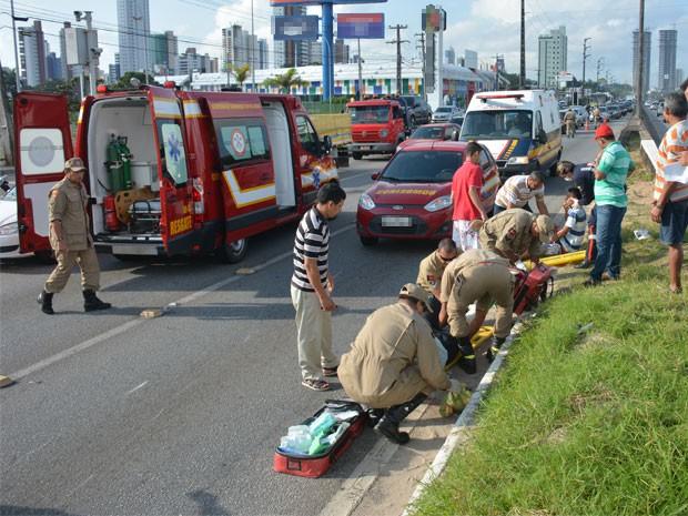Vítima da colisão foram socorridas pelo Corpo de Bombeiros (Foto: Walter Paparazzo/G1)