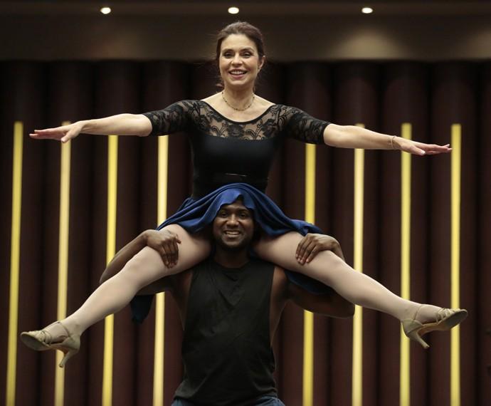 Françoise curte passo inusitado da coreografia (Foto: Felipe Monteiro/Gshow)