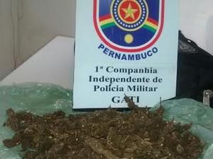 Maconha estava em uma pacote com suspeitos (Foto: Divulgação/Polícia Militar)