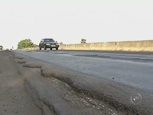 Asfalto em péssimas condições aumenta risco de acidentes (Foto: Reprodução TV TEM)
