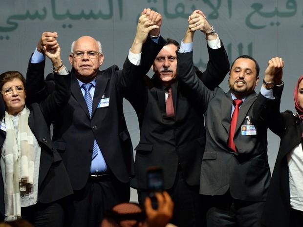 Lideranças líbias celebram a assinatura de um acordo para a formação de um governo unificado na cidade marroquina de Skhirat, na quinta (17) (Foto: AFP Photo/Fadel Senna)