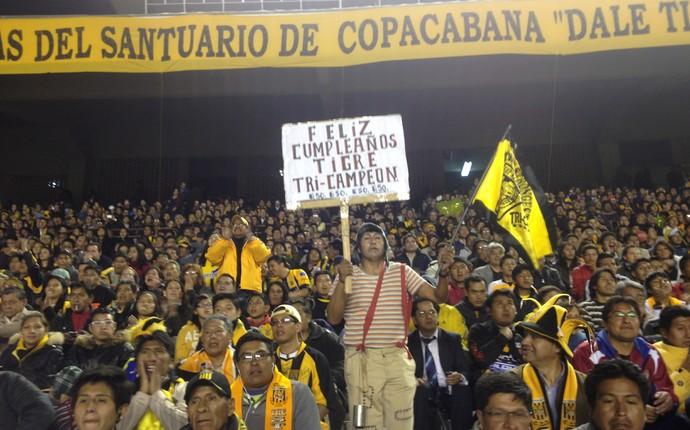 Vestido do personagem Chaves, boliviano felicita Strongest por aniversário (Foto: Monique Silva)