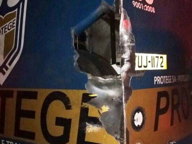 Carro forte teve parte destruída por criminosos (Foto: G1)