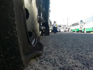 Funcionários da Tropical furaram pneus dos ônibus da Veleiro para que eles não circulem (Foto: André Feijó/ TV Gazeta)