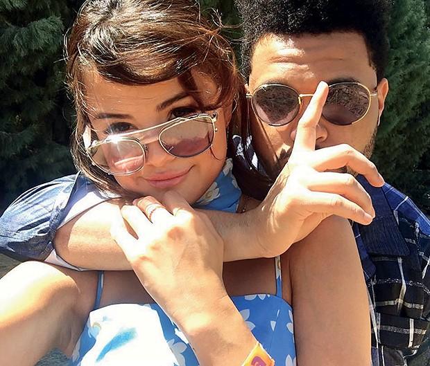 Selena Gomez e o  cantor The Weeknd:  primeira pose juntos  nas redes sociais  (Foto:  )