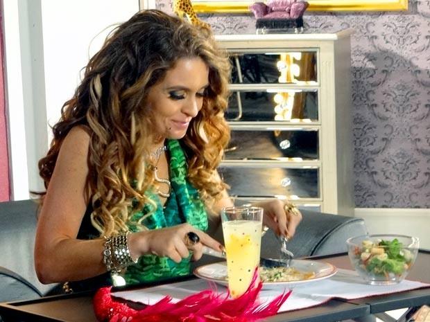 Chayene se delicia com a comida e nem sonha que foi Rosário quem fez (Foto: Cheias de Charme / TV Globo)