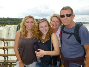 Gillian (de branco) com as duas filhas e marido; os quatro estavam em acidente que vitimou inglesa (Foto: Arquivo Pessoal)