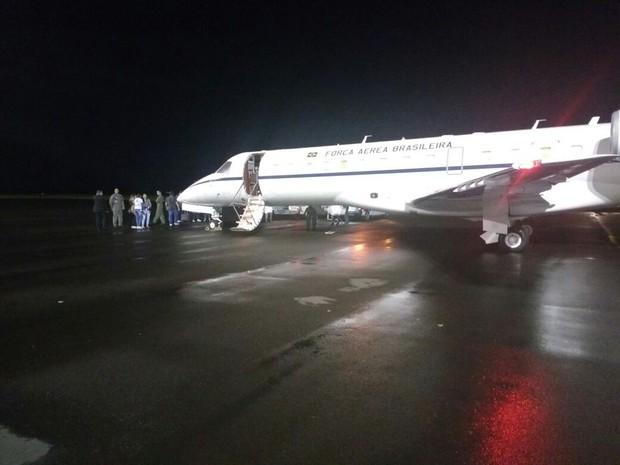 Aeronave pousou perto das 21h30 (Foto: Marcelo Siqueira/RBSTV)