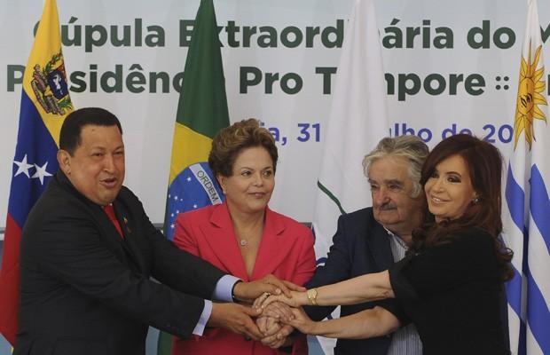 Os presidentes Chávez, Dilma, Mujica e Cristina Kircher posam para foto durante cúpula do Mercosul, em Brasília (Foto: Wilson Dias / Ag. Brasil)