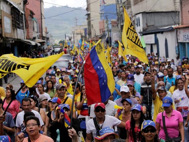 Venezuelanos participam de manifestação em Los Teques, na quarta (7) (Foto: Reuters/Henry Romero)