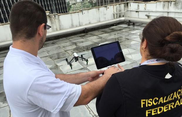 Auditores-fiscais do Ministério do Trabalho e Emprego operam drone, que será usado para combater trabalho escravo no Brasil. (Foto: Divulgação/Ministério do Trabalho e Emprego)