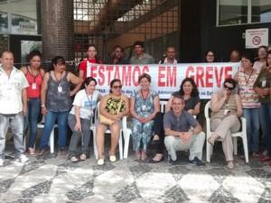 Funcionários fazem protesto em frente ao prédio da faculdade (Foto: Márcio Kavitski/Divulgação)