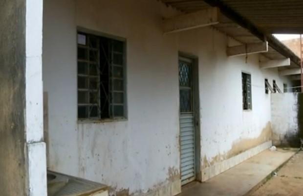 Resiência onde casal morava está vazia após o crime (Foto: Reprodução/TV Anhanguera)