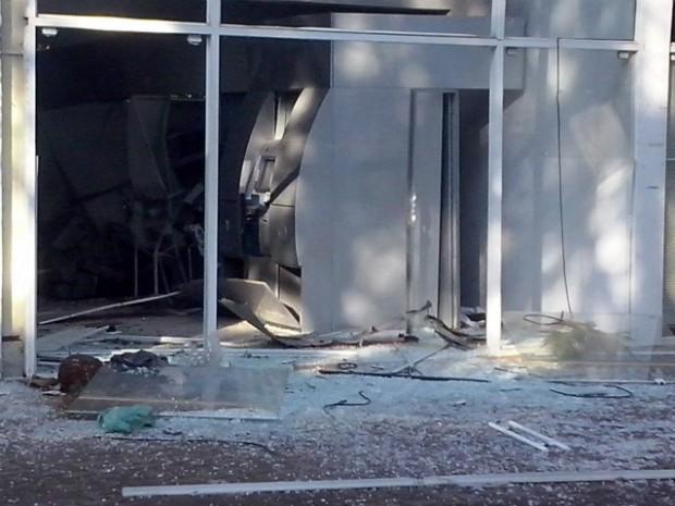 Ladrões explodiram três caixas eletrônicos que ficavam dentro da UFPR (Foto: Edi Carlos/ RPCTV)