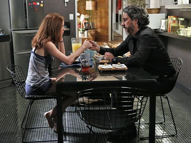 Isis e Alfredo têm conversa séria sobre o futuro da moça (Foto: Império / TV Globo)