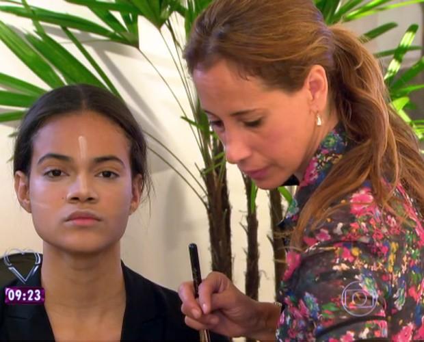 Bruna ensina make de Kim Kardashian (Foto: Mais Você/TV Globo)