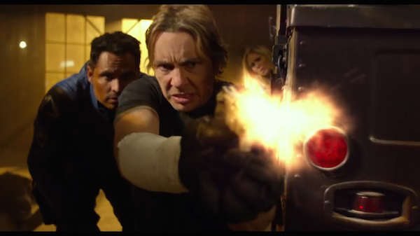 Michael Peña e Dax Shepard em cena do trailer de 'CHiPs' (Foto: Reprodução)