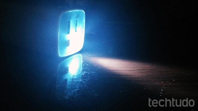 Carregador portátil da TP-LINK chega com lanterna LED que pode ser útil em emergências (Foto: Elson de Souza/TechTudo)