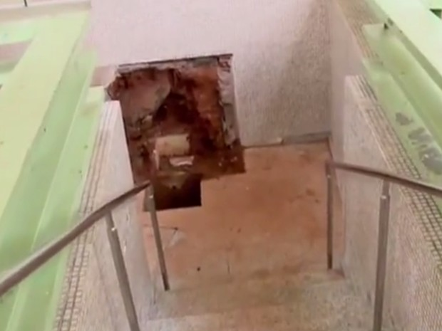 Técnicos tiveram que escavar local da fonte para identificar problema em Cambuquira (Foto: Reprodução EPTV)