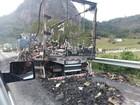 Caminhão com carga de alimentos pega fogo na BR-101, em Macaé, RJ