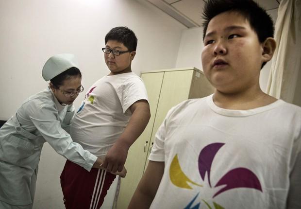 Enfermeira tira medidas em acampamento para crianças obesas na China: obesidade infantil está crescendo (Foto: Kevin Frayer/Getty Images)