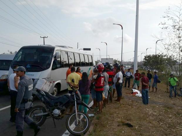 Motoqueiro morre em acidente na Avenida dos Poretugueses, em São Luís (MA) (Foto: Douglas Pinto / TV Mirante)