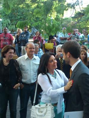 Leite foi cumprimentado na chegada ao local da posse (Foto: Guilherme Canal/RBS TV)