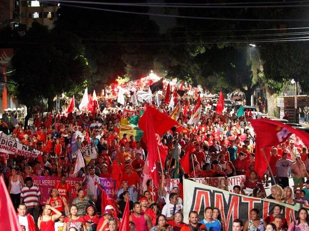 Caminhada reúne 35 mil em Belém, segundo organizadores. Manifestantes exibem faixas em defesa da democracia (Foto: Raimundo Paccó/ Framephoto/Estadão Conteúdo)