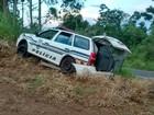 Presos capotam carro da polícia após fugirem de cadeia no norte do Paraná
